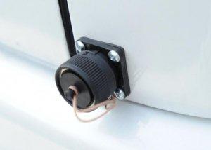 車外からワンタッチで充電する為の引き込み側プラグの取付例