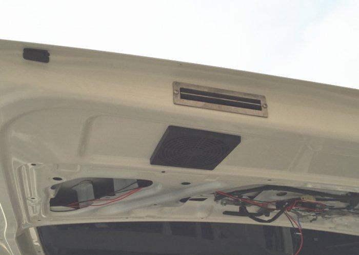 TKテックでハイエースに車内の空気を強制排気できるベンチレーターを取り付けした状態を説明した写真