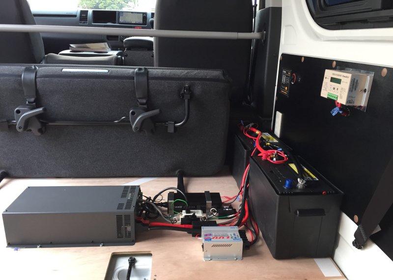 TKテックで新車のハイエースに色々な電装品の取付をした写真