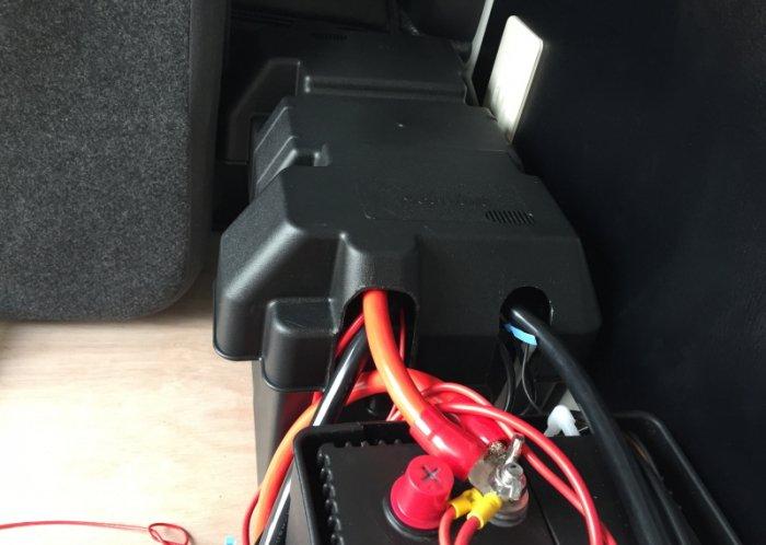 ディープサイクルバッテリーはバッテリーボックスの中に取り付けしました