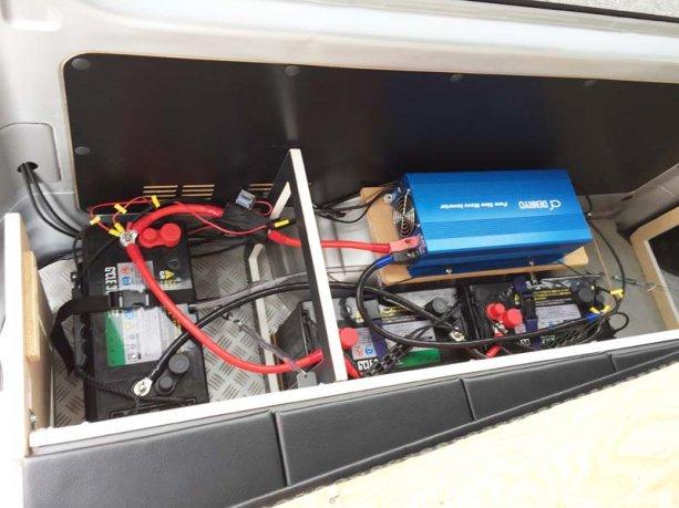 サブバッテリー、インバーター、シガーソケット、コンセントを取付