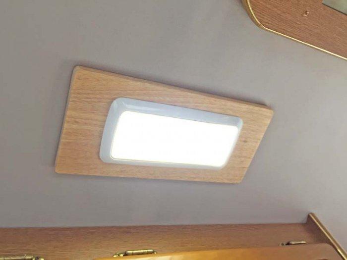 ハイエースやキャラバンの天井照明増設で車中泊でも安心
