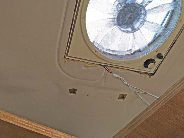 キャンピングハイエースの天井ライトの木枠を外して配線を取り出す
