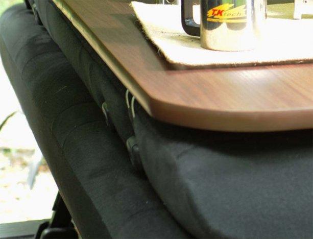 オリジナルのブラケットでシートを倒すだけで水平なテーブルに