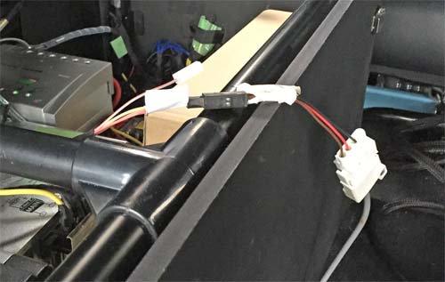 ベバストFFヒーターのコンピューター診断用コネクタをつなぎます