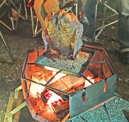 ビア缶チキンの作り方 ビールの缶に丸鶏をセットして火にかけます
