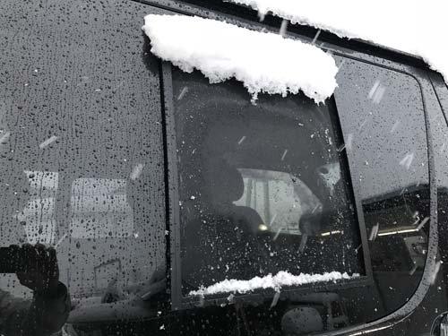 ハイエースのバグネットが雪帽子をかぶっていました