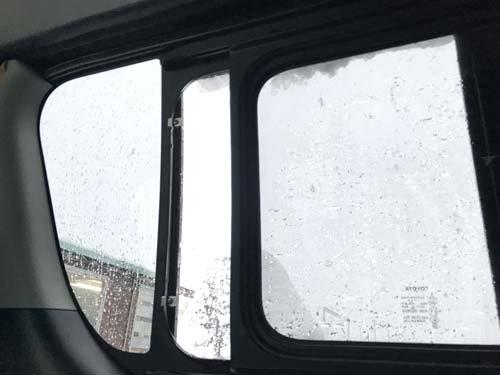 ハイエース車内から見たバグネットと雪