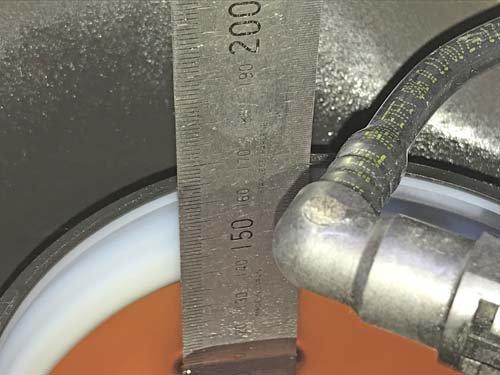 ベバストFFヒーターの燃料取り出し管を施工する為に燃料タンクの深さを測ります