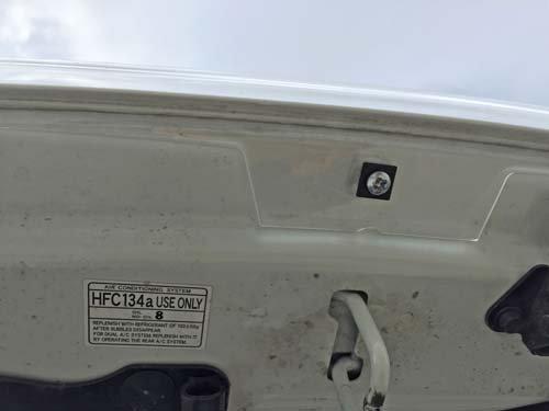 ランクル200用バグガードはもともとある穴を利用して取り付けします