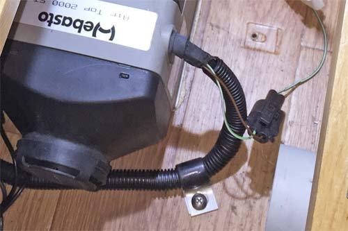 ベバストFFヒーター2000STCのコンピューター診断用コネクタ