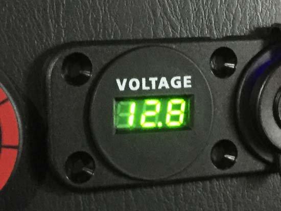 バッテリーの状態がわかるボルテージメーター