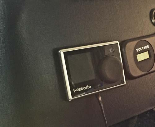 ベバストFFヒーターのマルチコントローラーをセンターコンソールに設置した写真