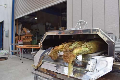 トウモロコシは皮つきで焼きます
