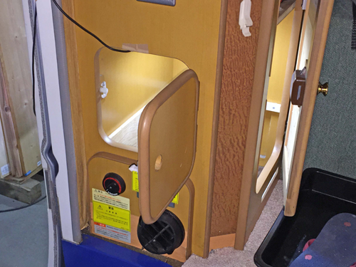 デリカトラックベースのキャンピングカーに付いているベバストFFヒーターを新品と交換