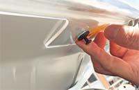 ランドクルーザー150プラド用フロントプロテクター(バグガード)はボンネット裏の穴を利用する説明写真