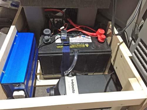 ステップワゴンのイス収納部分にベバストヒーター本体、インバーターなど電装品を施工