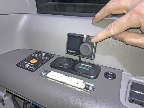 ステップワゴンにUSBポート、ボルテージメーター、インバーターリモコンスイッチ、ベバストFFヒータースイッチ、100Vコンセント、メインスイッチを取り付け施工