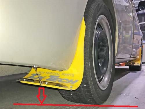 ミニバン「アイシス」のフロントタイヤにマッドフラップを取り付け
