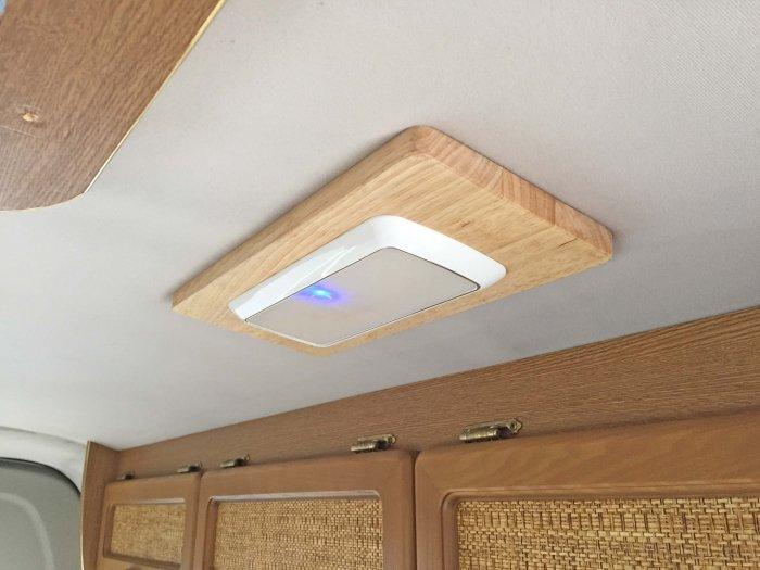 ハイエースに天井ライト(LEDスリムライト角型)を取り付けました