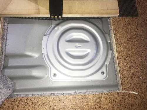 NV350キャラバンにフロアパネルを敷いて、燃料タンクのサービス窓が開くように加工済み