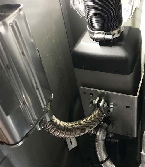 キャラバンの車体下にベバストFFヒーターを取付