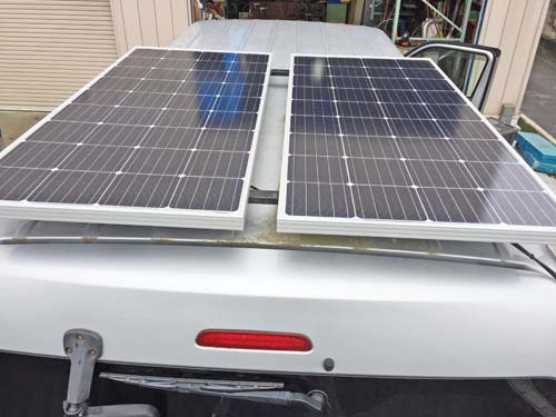 155Wのソーラーパネルを2枚、ハイエースに取付