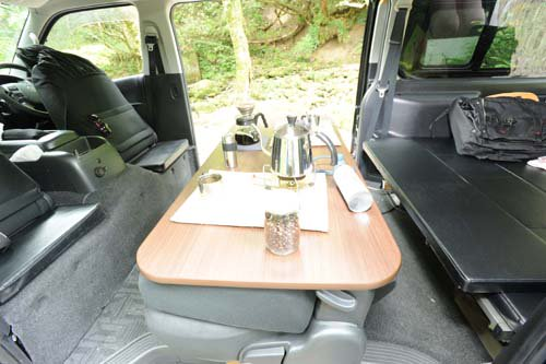セカンドシートテーブルは大きくしっかりしている。且つ対面で使用できる