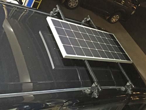 パネル型のソーラーはルーフレールやルーフラックに固定することが出来て便利です