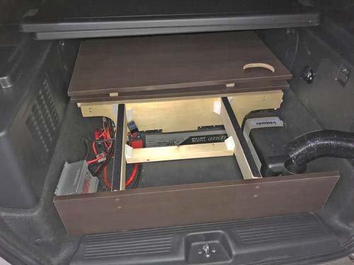 フリードハイブリッドのラゲッジルームに設置したBOXとベバストFFヒーターの本体
