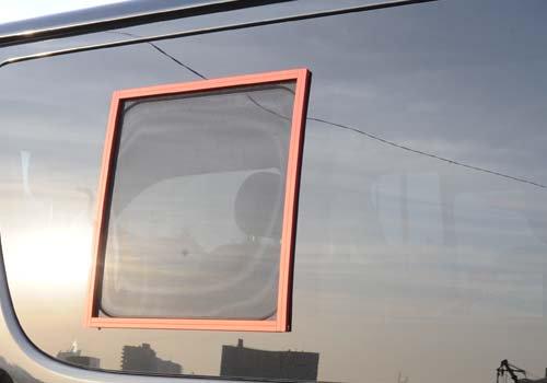 キャラバン用網戸「バグネット」にもブラックの他にレッドやシルバーもあります