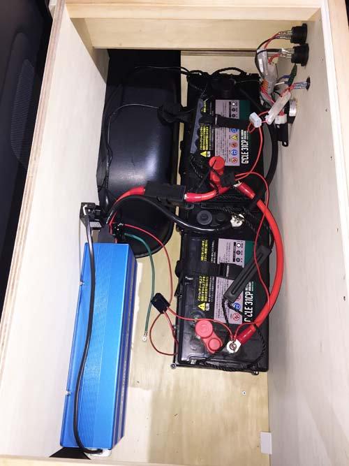 グランドハイエースにバッテリーとインバーターを取付