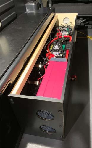 モデリスタ仕様の200系ハイエースにインバーター、走行充電器、サブバッテリーを取り付け