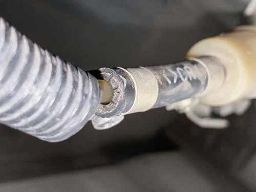 燃料パイプにひびが入り燃料漏れが