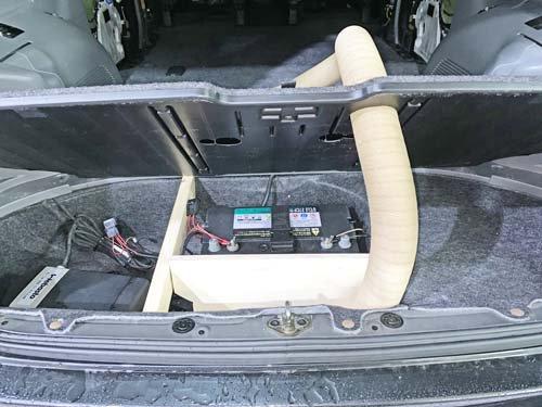 ノアに取り付けたベバストFFヒーターのダクトはカバーを通して車内へ