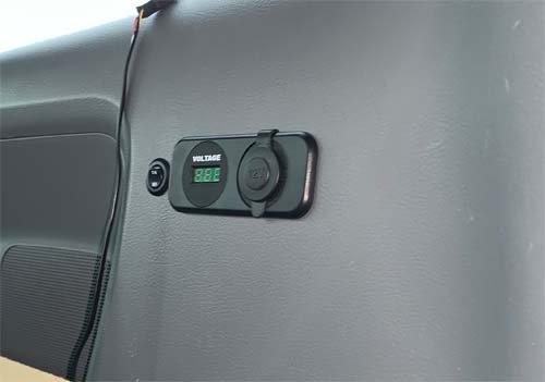 USBポートとボルテージメーターを取付しました