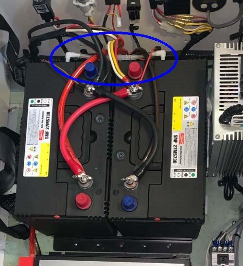 充電時に発生するガスを車外に放出する為のガス抜きホースを施工