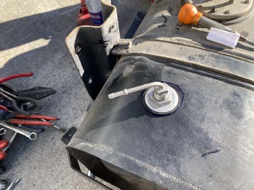 ベバストヒーターの燃料取り出し管を燃料タンクに取り付け