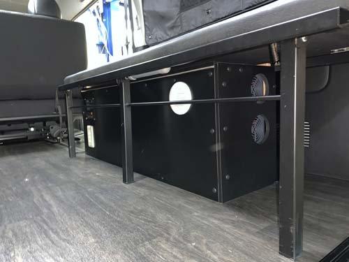 跳ね上げ式ベッドキットの下に収まるサイズに電装BOXを作成