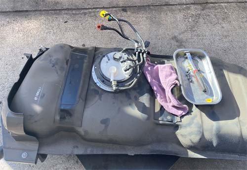 ベバストヒーター取付(燃料タンクに取り出し管を施工)