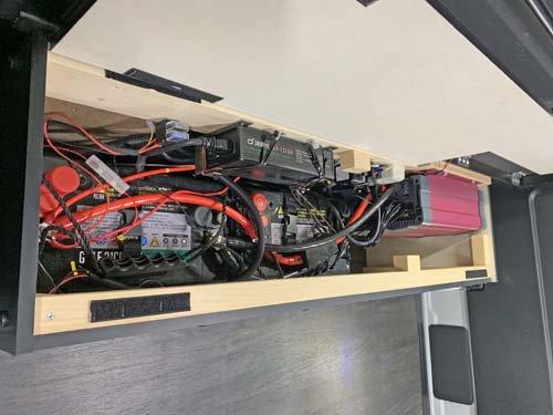 サブバッテリーやインバーター、充電器、ブレーカー、ヒューズなど電気製品をまとめたBOX