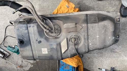 ベバストヒーターの取付は燃料タンクを下ろして施工