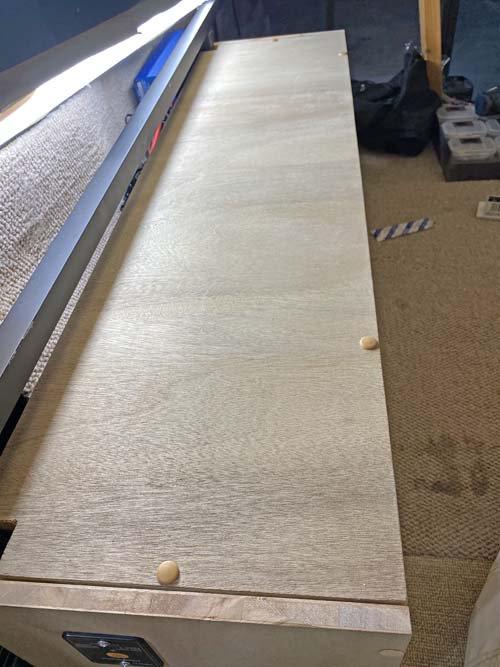 ハイエースのベッドの脚を利用してインバーターを固定