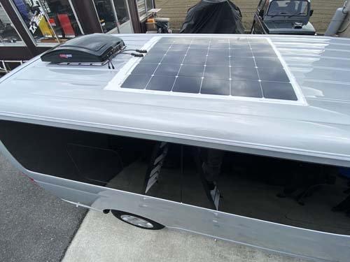200系ハイエースに薄型ソーラーパネル取り付け