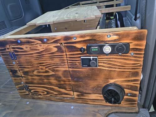 木枠にUSBポート・シガーソケット・電圧計を取り付け