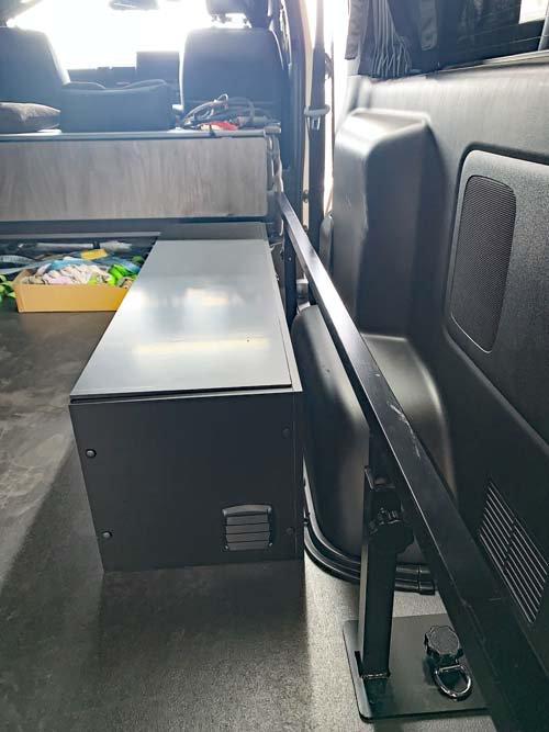 サブバッテリーやインバーター、走行充電器を収納した電装BOX