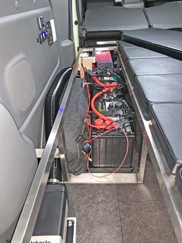 NV350キャラバンにインバーター、走行充電器などを取り付け施工