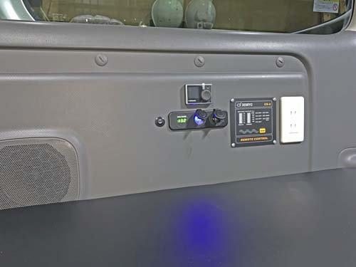NV350キャラバンにUSBポート、シガーソケット、ボルテージメーター等を取り付け