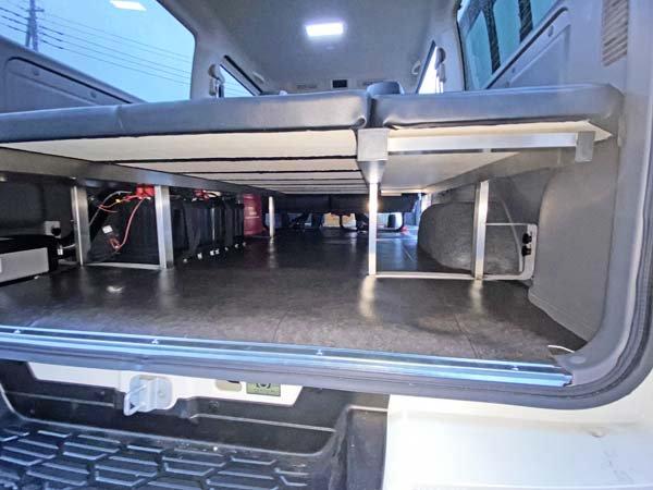 座れる車中泊ベッド-キャラバン用は電装品を組むことも考慮してフレームの位置を決定