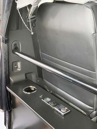 セカンドカウンターにシガーソケットとボルテージメーター、メインスイッチ、ベバストFFヒーターのコントローラーを設置